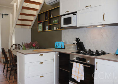 carcasses in a contrasting colour to cabinet fronts creates interesting detail in this cottage kitchen
